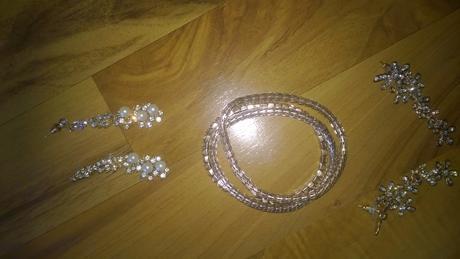 dvoje zlaté náušnice k nim tři zlaté náramky,