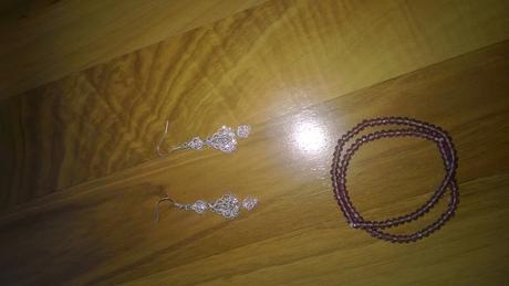 stříbrné náušnice, 2 fialkové náramky,