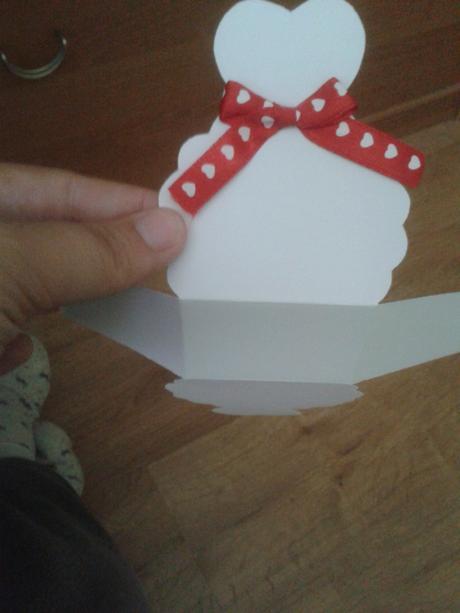 Krabičky pre hostí na darček s červenou mašličkou,