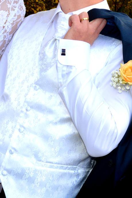 Vesta s kravatou, 40