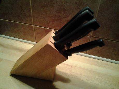 Drevený blok s nožmi,