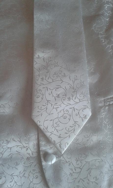 pánská bílá vesta s kravatou a kapesníčkem, 52