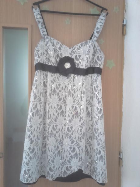Šaty s čipkou, 42