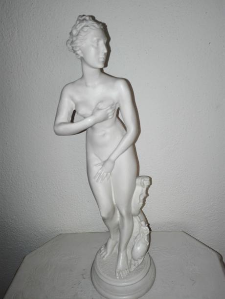 Alabastrová soška - Žena s delfínom,