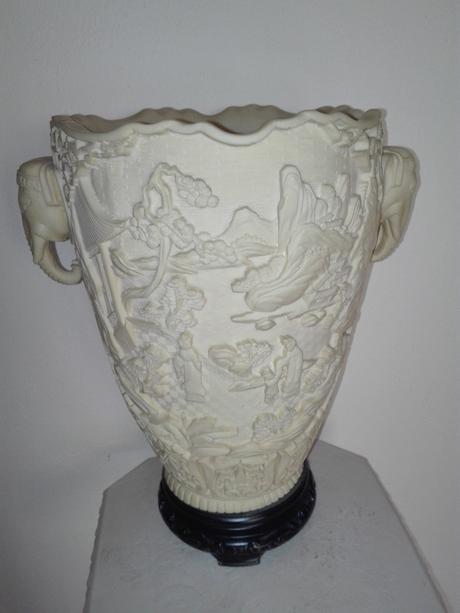 Alabastrová váza na drevenom podstavci,