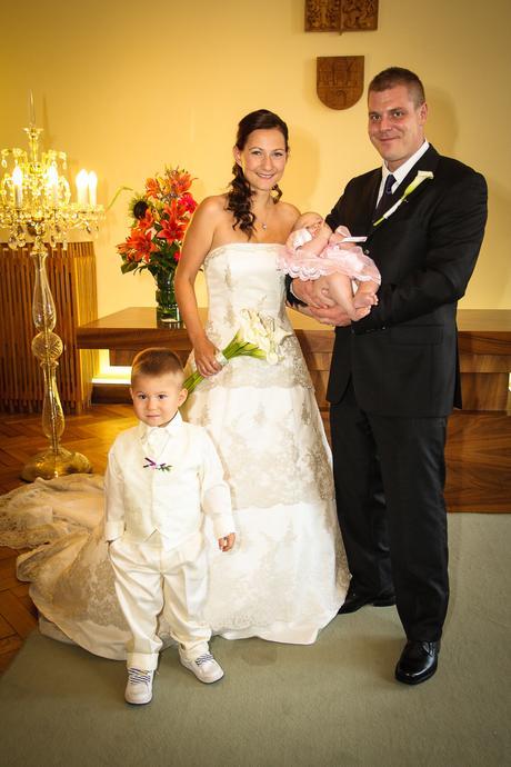 svatební šaty s krajkoua  dlouhou vlečkou, 36