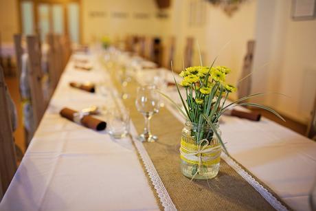 Vázy na luční kvítí s jutovou stuhou,