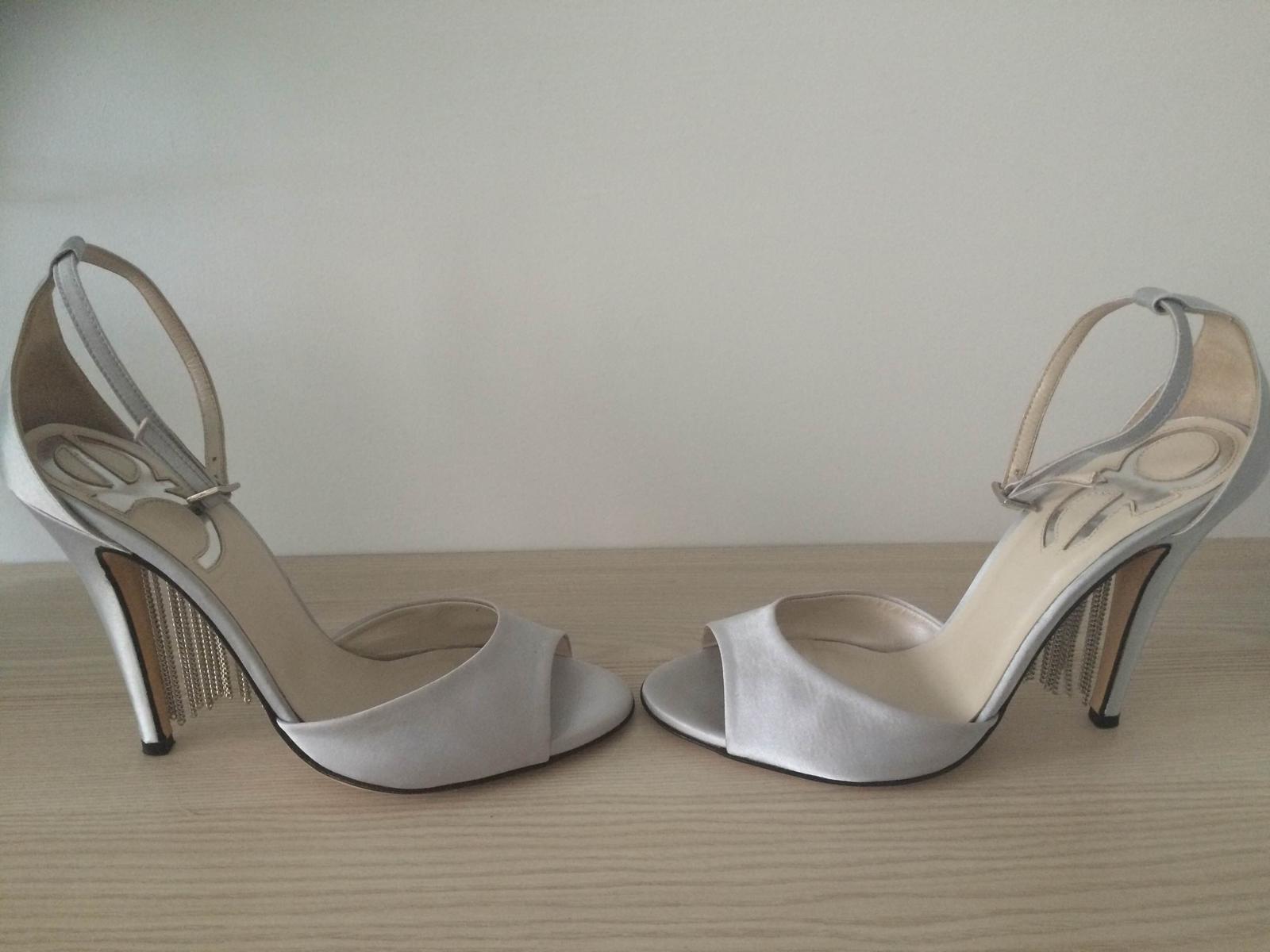 77999165243d Elegantne strieborne sandalky s retiazkami