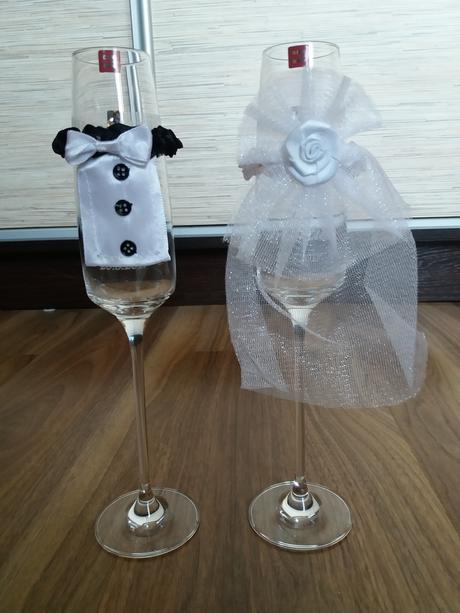 ozdoby (oblečenie, návliečky) na svadobné poháre,
