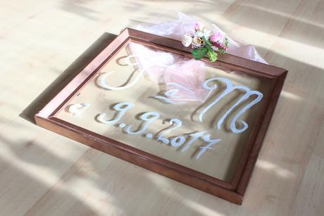 Obraz s iniciály a datem na přání,