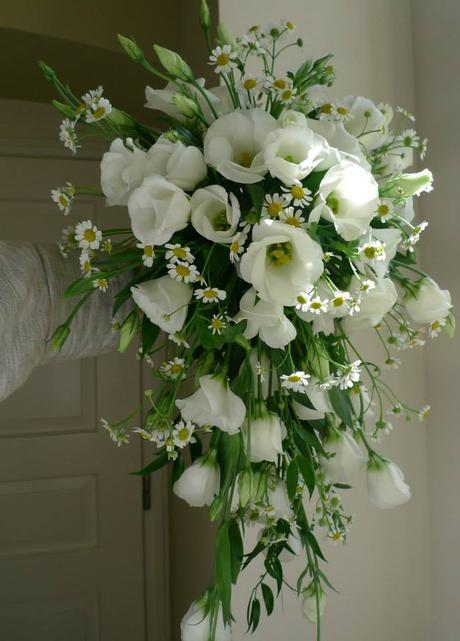 Bílá kytice převislá z eustom a matricarie,