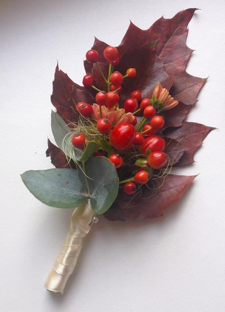 Korsáž pro ženicha ze šípku a chryzantém,