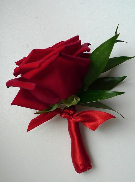 Korsáž z rudé růže,