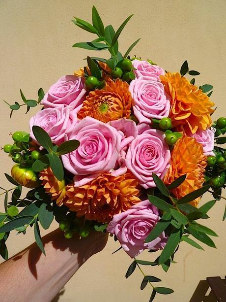 Kulatá svatební kytice z jiřin a růží,