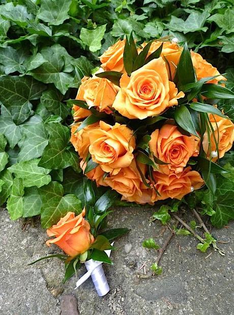 Kulatá svatební kytice z oranžových růží,