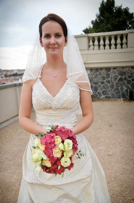 Kulatá svatební kytice z růžových hortenzií,