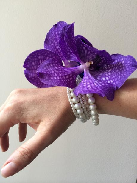 Květinový náramek s perličkovým základem,