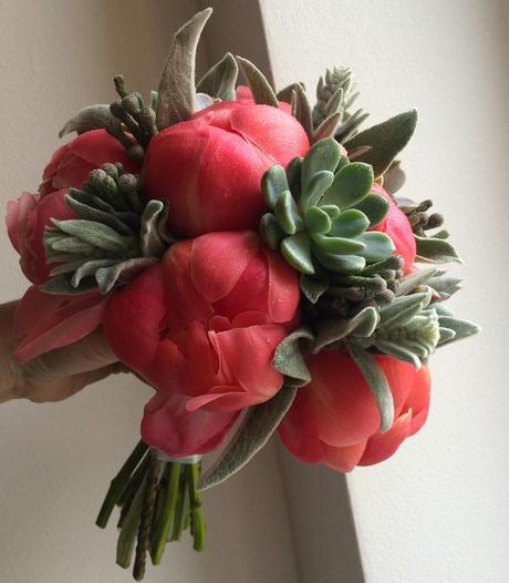 Netradiční svatební kytice z pivoněk a sukulentů,