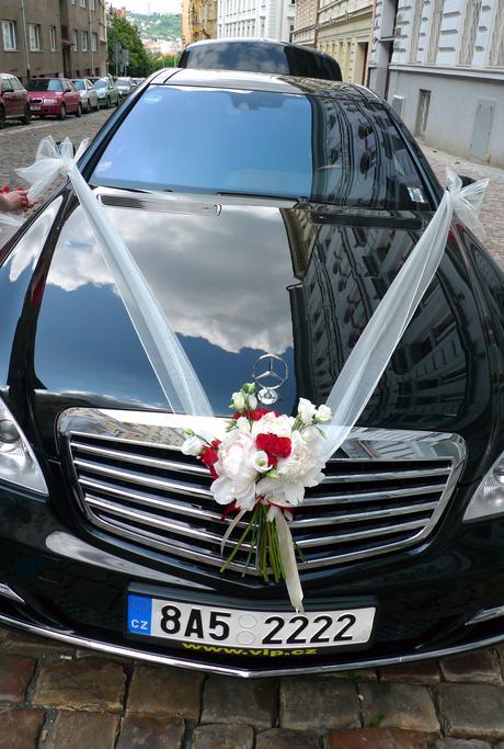 Ozdoba auta z rudých sprejových růžiček a pivoněk,