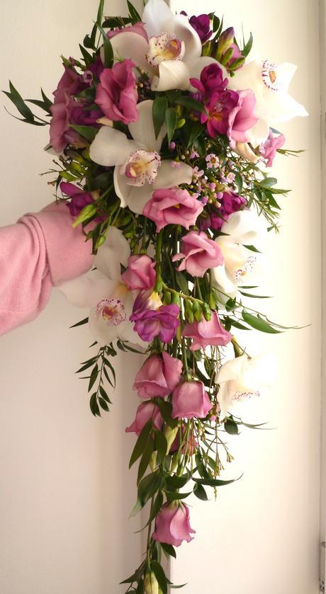 Převislá fialovo - růžová kytice,