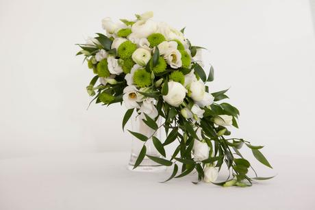 Převislá zeleno- bílá svatební kytice,