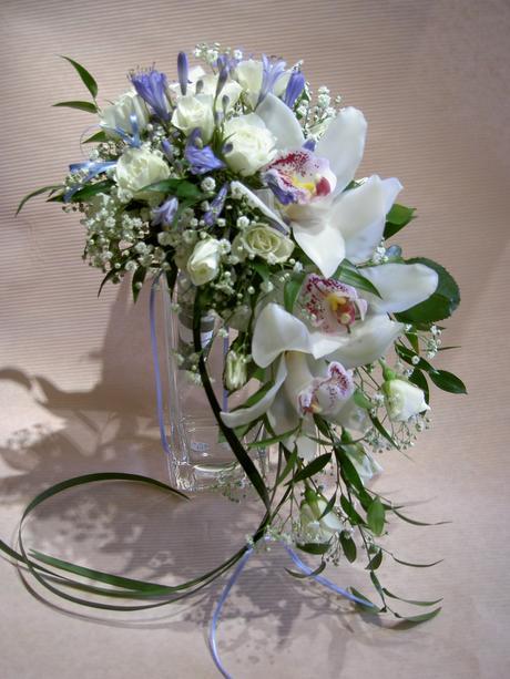 Svatební kytice s bílou orchideou,