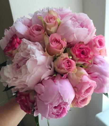 Svatební kytice z pivoněk a růží,