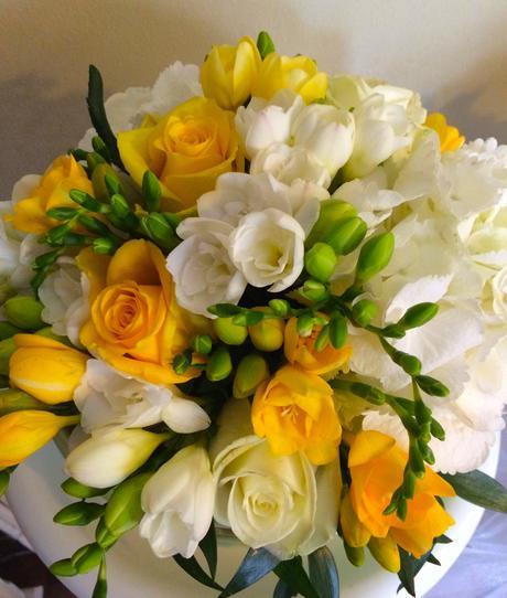 Žluto- bílá svatební kytice,
