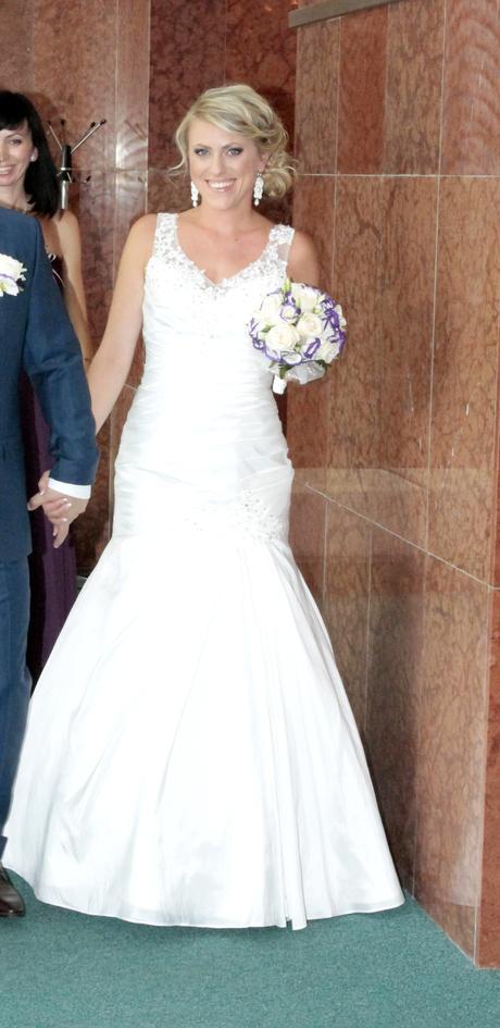 Nádherné šaty s čipkovaným chrbátom, 38