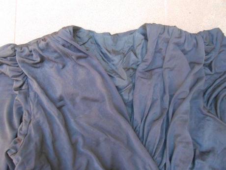 černofialové šaty, M