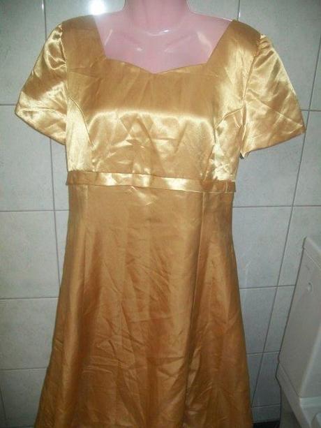 zlaté šaty, M