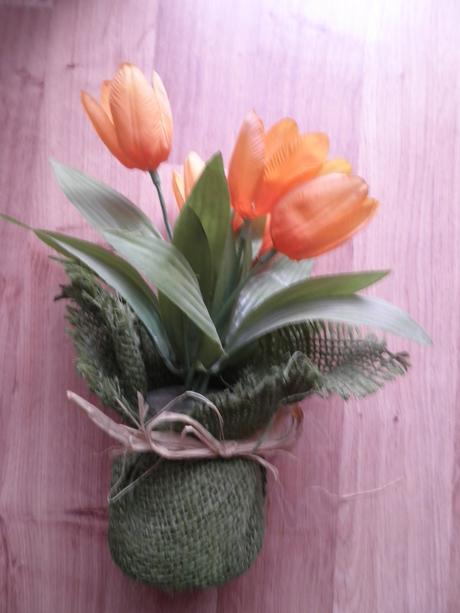 Dekoracia -tulipany v kvetinaci,