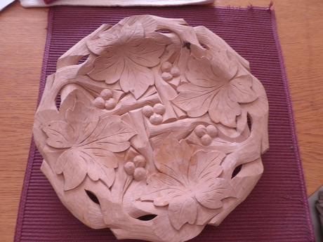 dreveny vyrezavany tanier,
