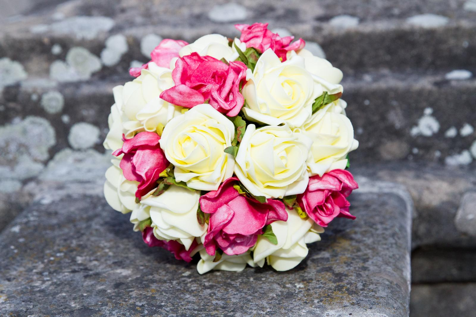 c07476c976 Svadobná kytica z cyklaménovo-bežových ruží