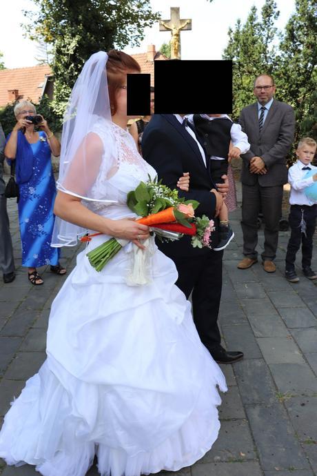 Středně dlouhý lemovaný závoj ze svatebního salonu,