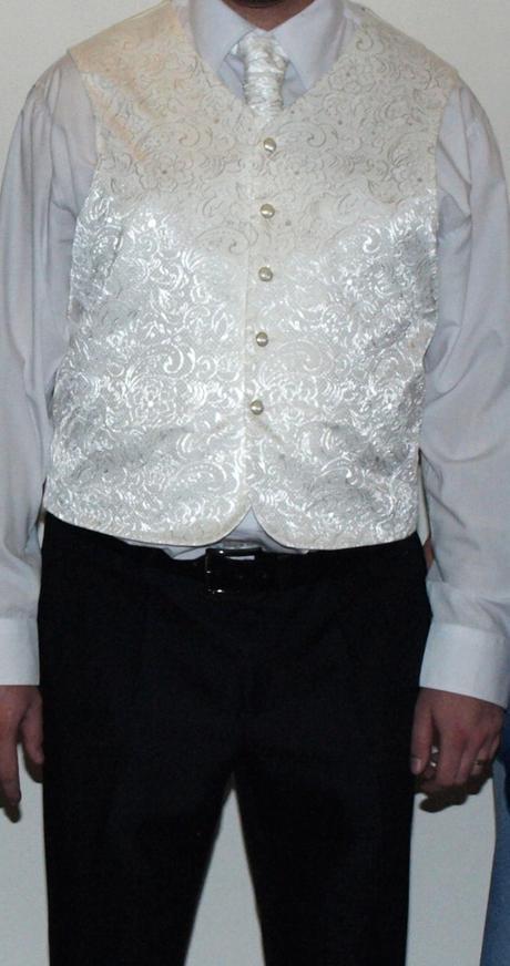 vesta s kravatou, 50
