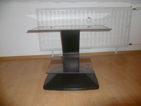 sklenený stolík pod TV,