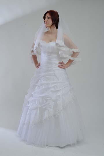 Svatební šaty z jemného mačkaného taftu. , 42