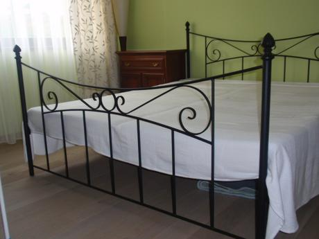 kovová posteľ,