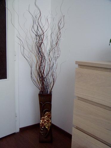váza s dekorací,
