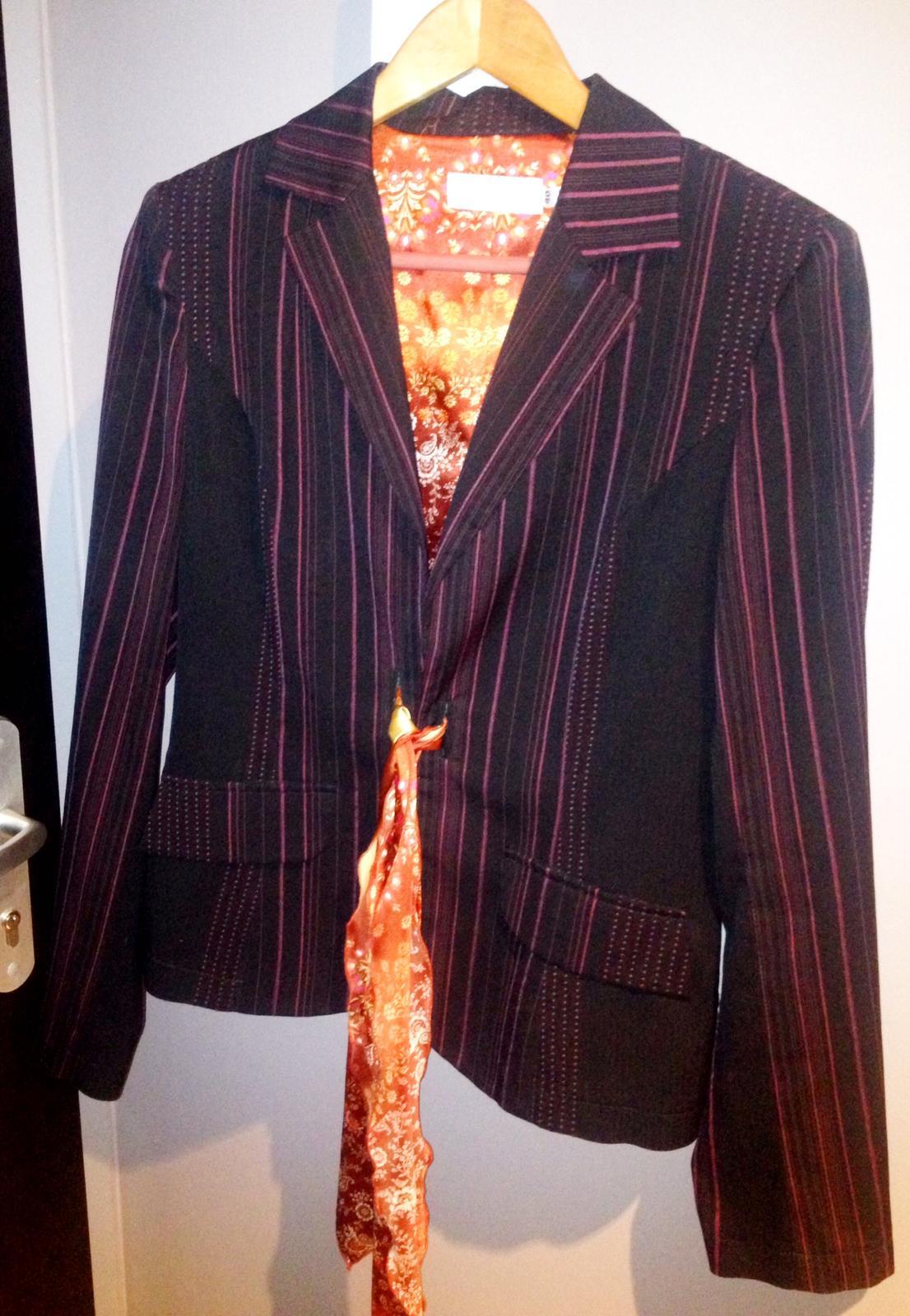 Dámsky čierny nohavicový kostým s jemnými prúžkami 3bb78950994