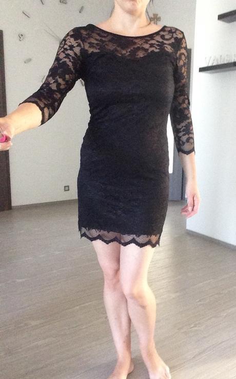 Černé krajkové šaty, 36