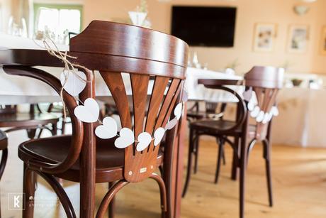 Bílá srdíčková girlanda na židle, 47 ks,