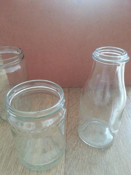 Zavařovačky a sklenice jako vázy a svícny,