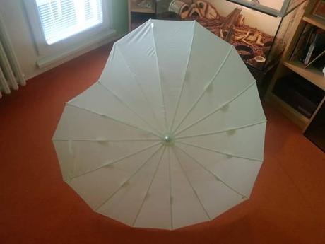 Velký bílý deštník,