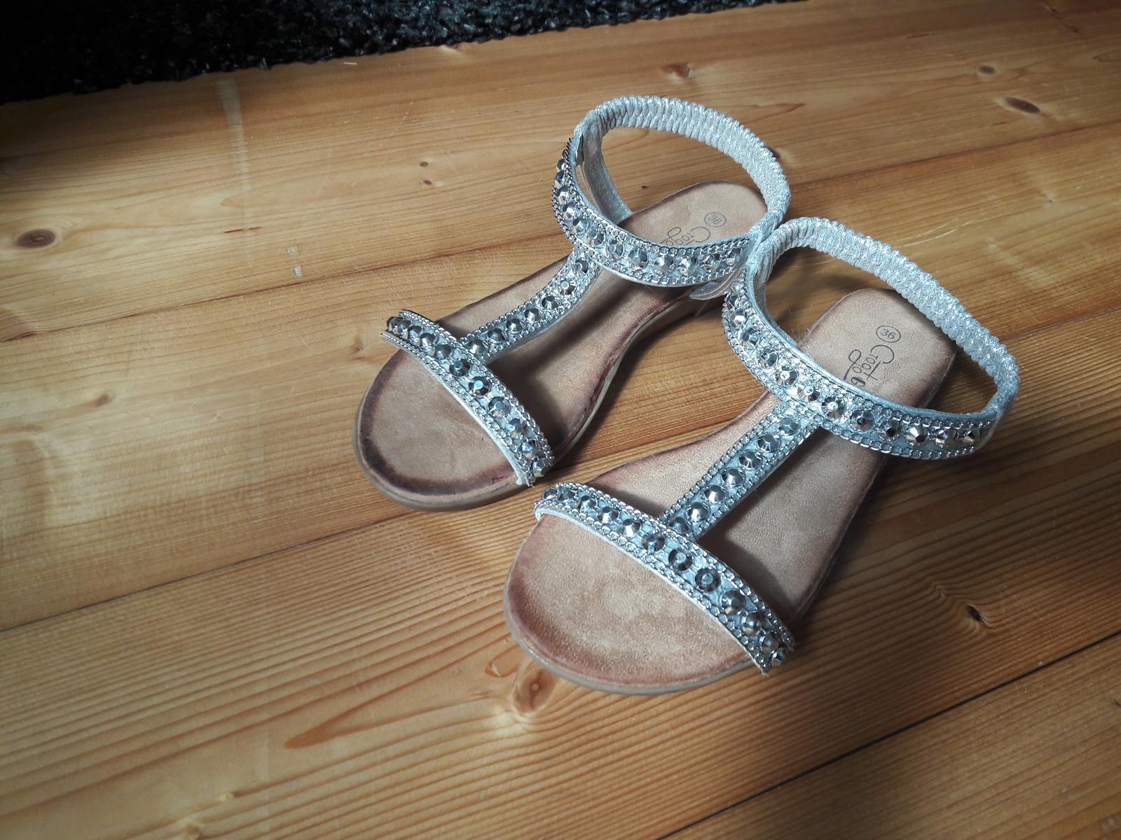 Nenošené stříbrné páskové boty  e77de815f2