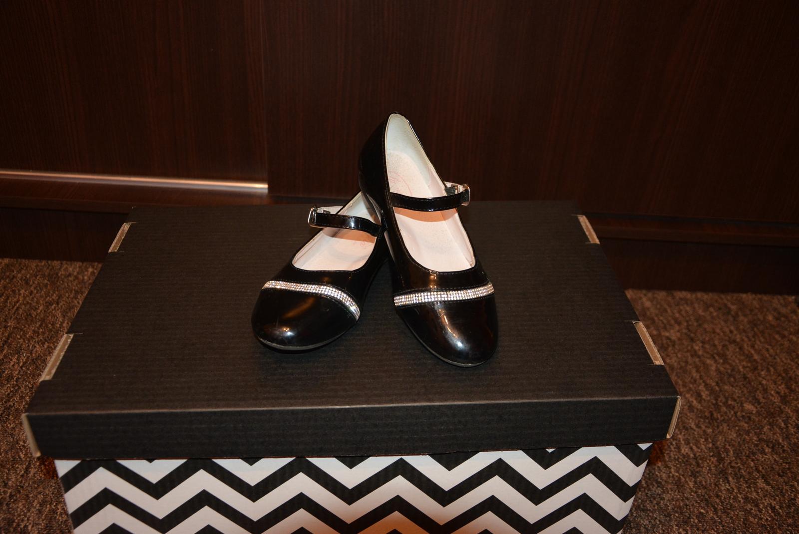 582fe8a23a43 Dievčenske spoločenské topánky