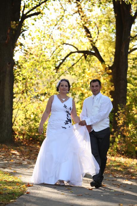 Svadobné šaty - snehovobiele s čiernou aplikáciou, 44