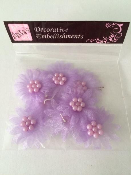 Dekorativní lila kvítky,