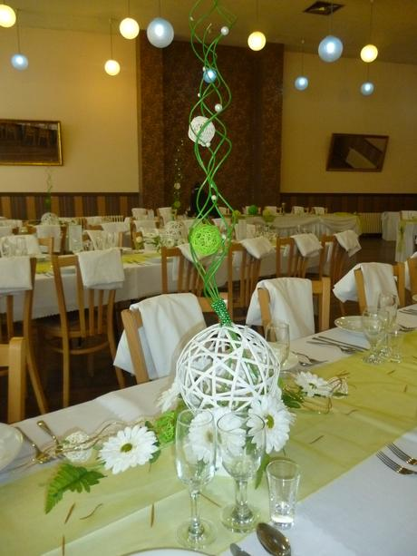 Výzdoba hlavného stola + ikebany na ostatné stoly,